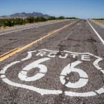 lunga strada con un accesso di route 66 dipinte su di esso — Foto Stock #9581006