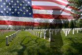 Silueta del soldado, la bandera americana y piedras graves. — Foto de Stock