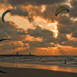 Kite surfing in sunset at beach of Scheveningen, Ne — 图库照片 #8013844