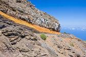 Strada attraverso un paesaggio vulcanico nelle montagne di la palma — Foto Stock
