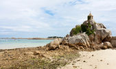 French coast of Brtitany with a small chapel at the rocks — Foto de Stock