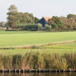 Typical Dutch farmhouse in the meadows — Stock Photo