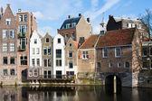 Paisaje urbano histórico a lo largo de un canal en delfshaven, un distrito de — Foto de Stock