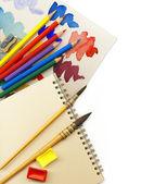 Fond d'art créatif fait de vieux pinceaux, albums, palette, colore — Photo