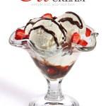 gelato alla crema con fragole e salsa di cioccolato — Foto Stock