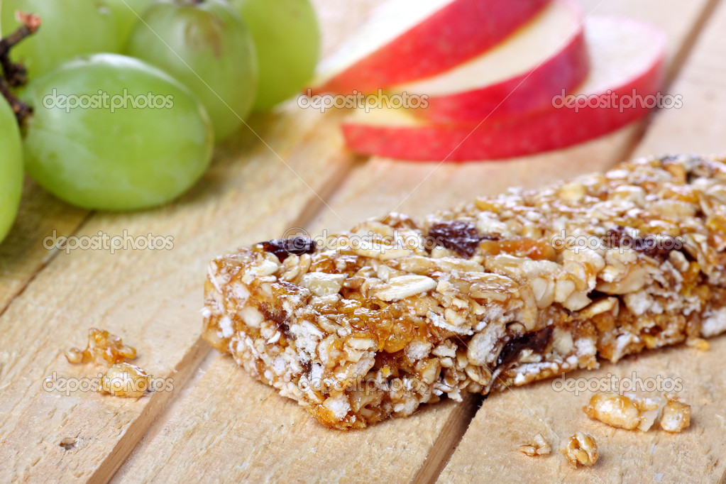Cereal bar with grapes and apple pieces — Stock Photo #9272144