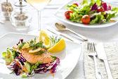 Refeição de salmão e salada — Fotografia Stock