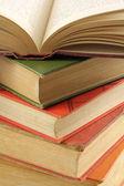 Pila de libros viejos multicoloras — Foto de Stock