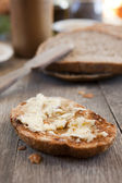 τυρί brie στο ένα ψωμί — 图库照片