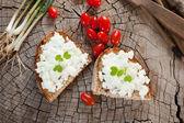 Keçi Peynirli ekmek üzerinde — Stok fotoğraf