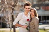 Romantische jonge geliefden — Stockfoto