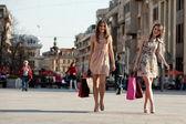 Två unga kvinnor — Stockfoto