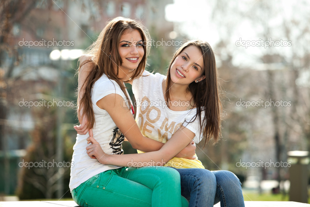 Two friends, happy, young women in the park — Stock Photo #10041730