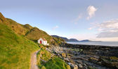 Path to White Cottage on a coast - Niarbyl — Stock Photo