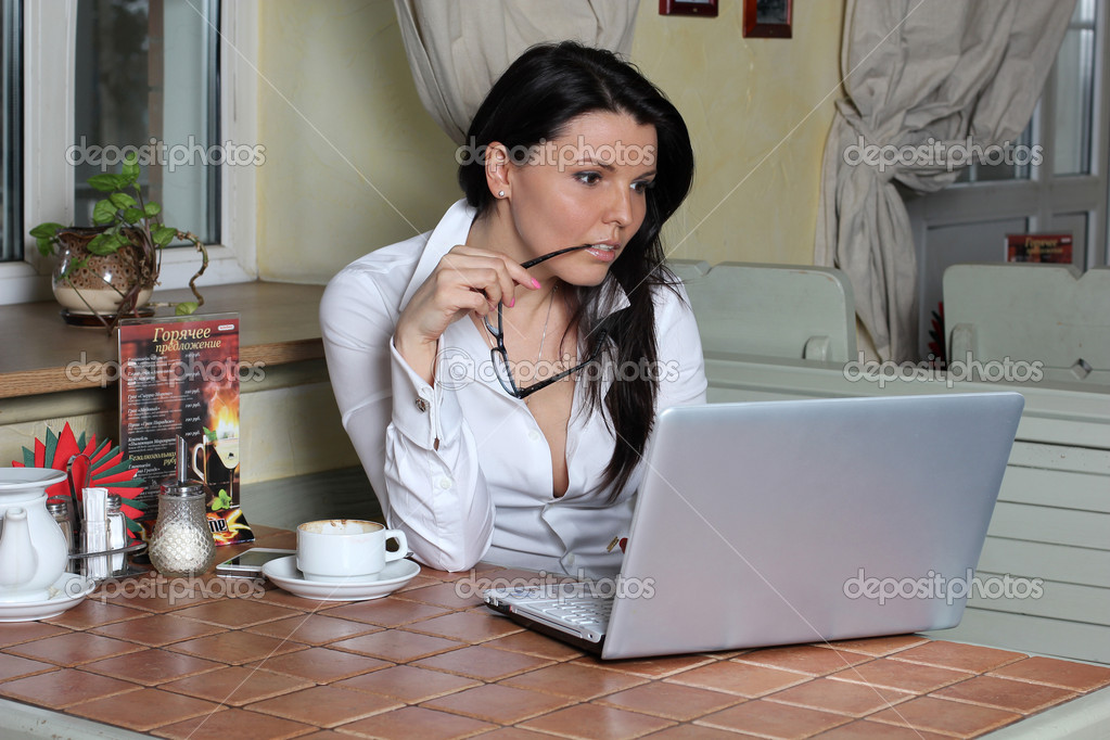 Beautiful woman surfing the net in evening outdoor cafe — Stock Photo #8915297