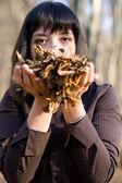 Chica en hojas de otoño — Foto de Stock