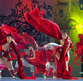 Chinese Qiang national dancers — Stock Photo