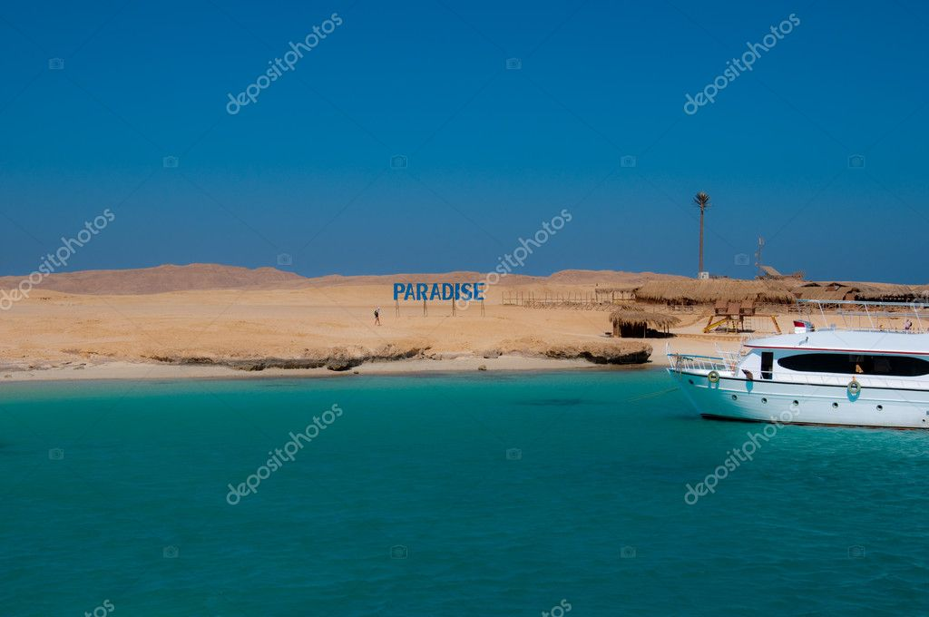 Sandy beach of Paradise Island in Red Sea — Stock Photo #10612947