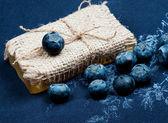 Sapone e mirtilli versati vicino — Foto Stock