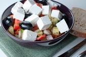 Mediterranean salad with goat cheese on green napkin — Stock fotografie