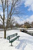 Zimowe miasta scena z ławki w pobliżu staw w okolicy miejscem re — Zdjęcie stockowe