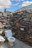 Outdside public pierre toilettes sans toit au désert — Photo