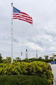 Amerikaanse vlag in de buurt van ingang ruimtecentrum kennedy. raket gard — Stockfoto
