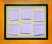 Color memo paper on cork board isolated for text and background — ストック写真