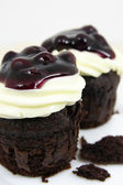Cake chocolate with cream cheese and fresh blueberries on white plate closeup — Stock Photo
