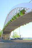 Branco, aço ponte pedonal ao longo da estrada — Foto Stock
