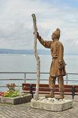 Pfahlbauerstatue im Hafen von Uhldingen — Stock Photo