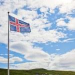 İzlanda bayrağı dalgalar gökyüzünde — Stok fotoğraf