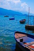 Boot und der see im sommer — Stockfoto