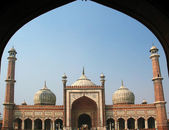 Jama Masjid mosque in Old Delhi viewed through an arch — Stock Photo