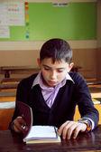 Sınıfta kitap okuyan öğrenci — Foto de Stock