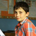 Sınıfta kitap okuyan çocuk — Stock Photo #9724170
