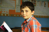 Sınıfta китап okuyan çocuk — Стоковое фото