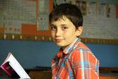 Sınıfta kitap okuyan çocuk — Foto de Stock