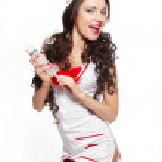 sexiga vackra leende kvinnlig brunett läkare med stor spruta röda underkläder — Stockfoto