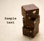Tres cubos de chocolate sobre una servilleta de lino — Foto de Stock