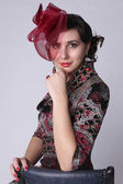 Mercan küpeler ve kırmızı şapkalı güzel kadın — Stok fotoğraf