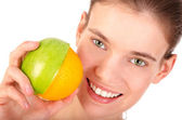Smiling girl with half an apple and half an orange — Stock Photo