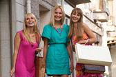 Tres amigos felices con las bolsas — Foto de Stock