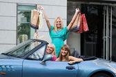 Trzech przyjaciół zakupy z samochodu — Zdjęcie stockowe