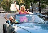 Tres niñas felices en el coche después de ir de compras — Foto de Stock