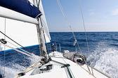 Rychlost vyplutím jachty na moři — Stock fotografie