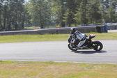 Motocycliste en excès de vitesse vers la tour — Photo