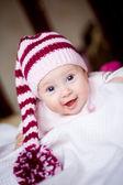 Babymädchen gestreifte mütze mit bommel — Stockfoto