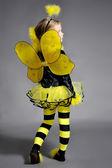 Piccola ragazza è vestita in costume di ape — Foto Stock