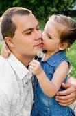 Little girl kissing her father — Stockfoto